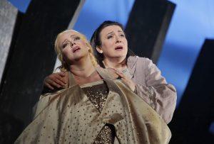 Johanna Rusanen-Kartano Isoldena ja Lilli Paasikivi Brangänena Richard Wagnrin Tristanissa ja Isoldessa.